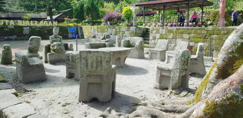 sillas de piedra en Ambarita