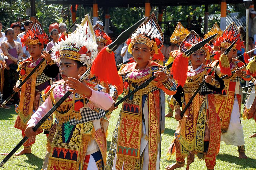 Danza Baris Tumbak en el Festival de Artes de Bali, Indonesia