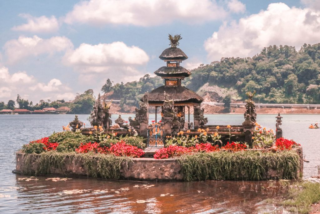Imagen del Templo Secreto del Lago Bratan