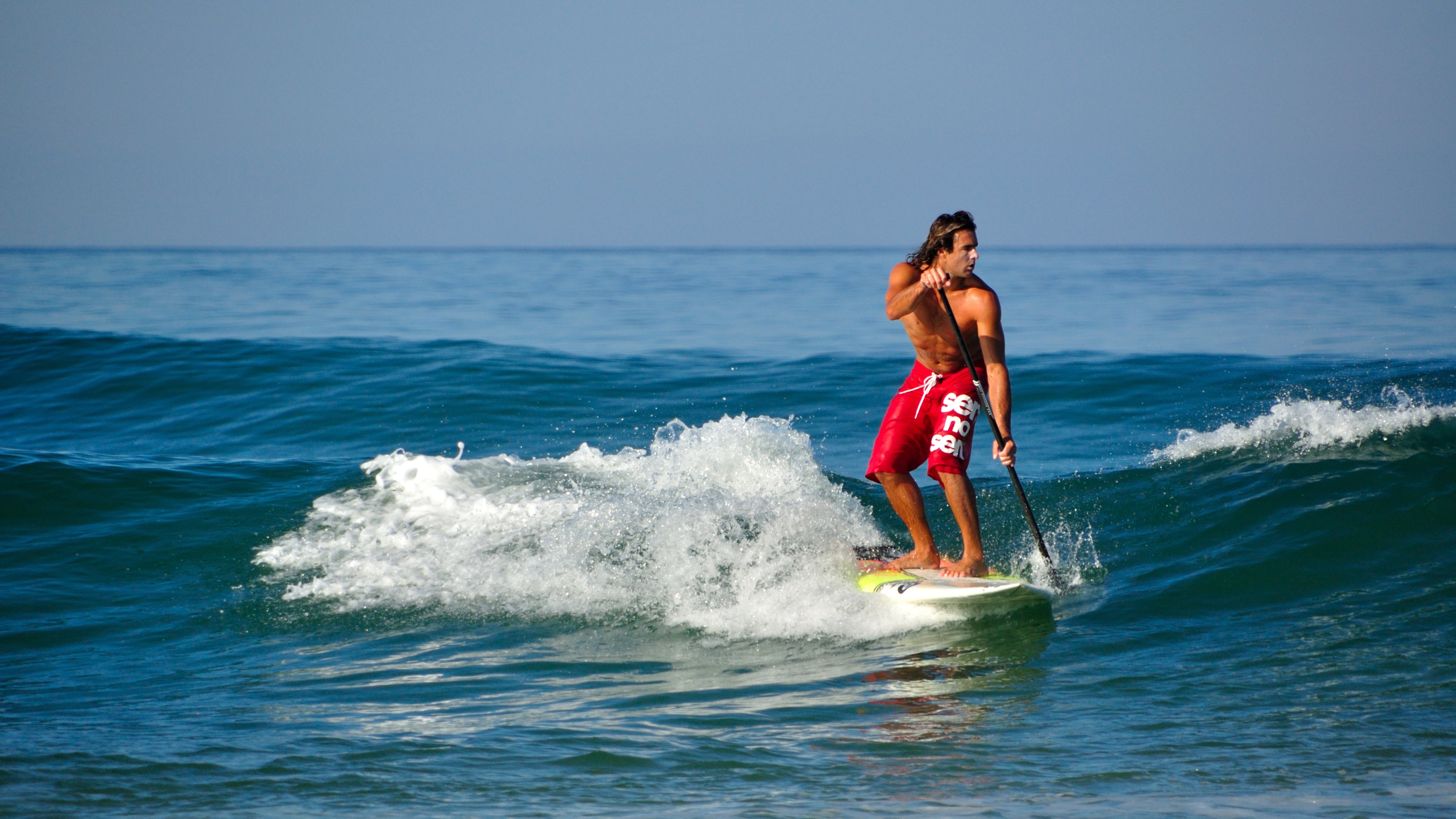 Realizar stand up paddle boarding