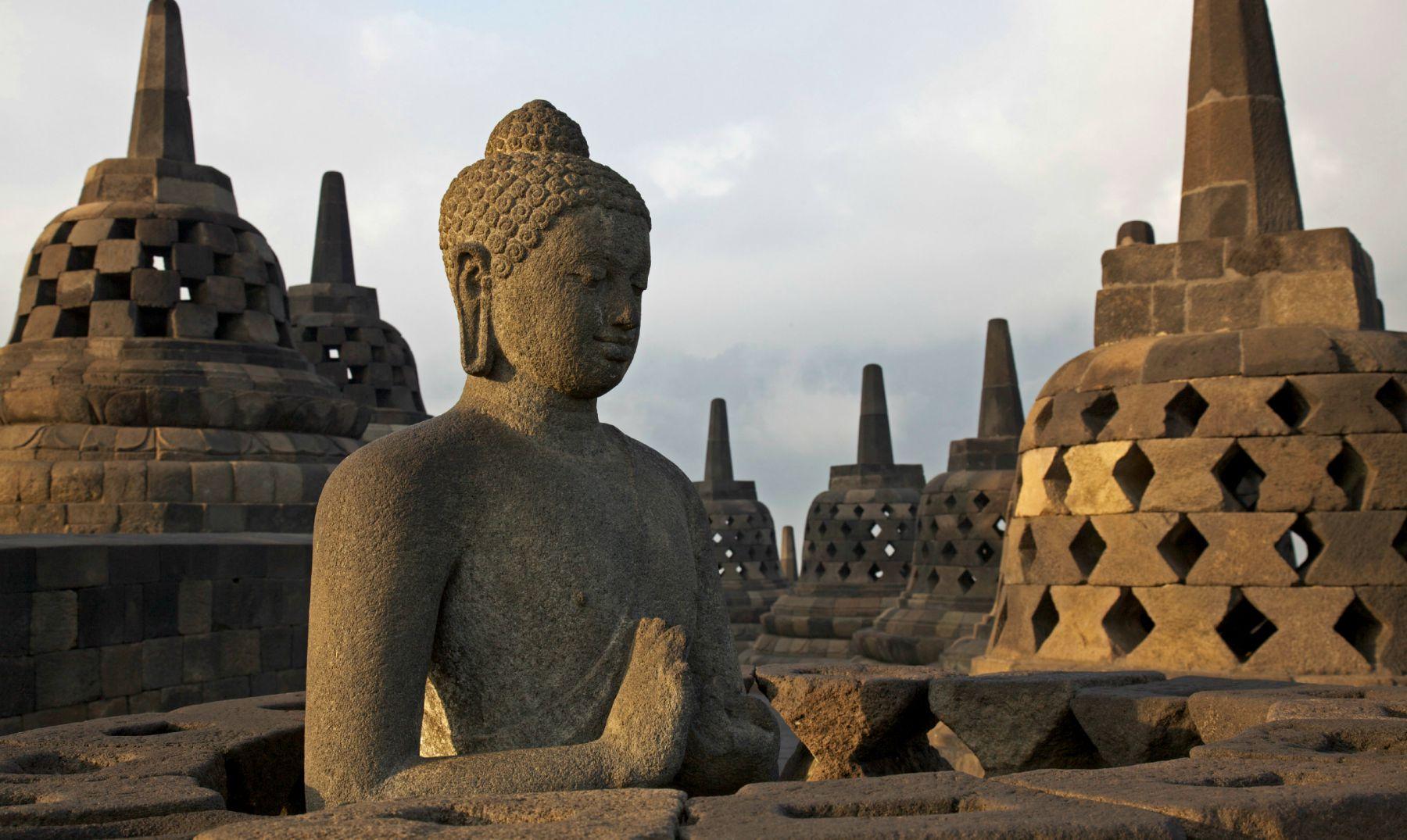 La estatua de Buda en Waisak en Borobudur, Indonesia