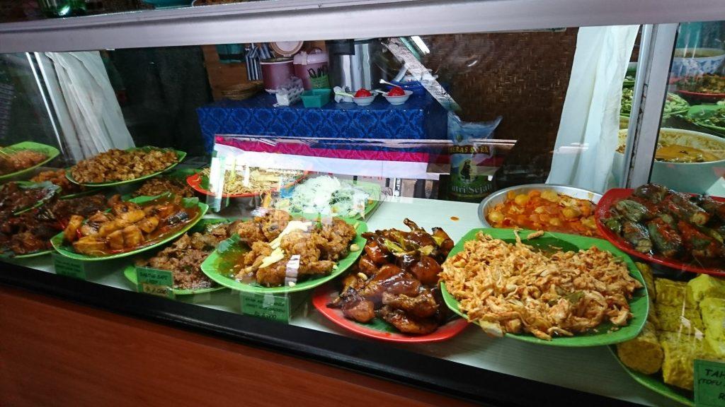 Platos indonesios en el restaurante Inggil
