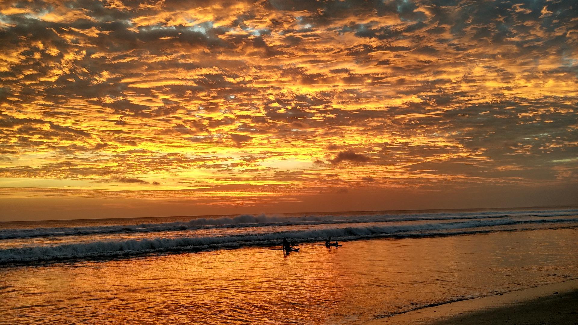 Surf en la playa kuta