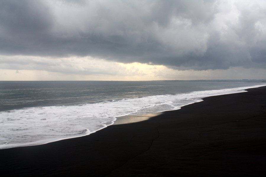 Playa de arena negra en Lovina, Bali