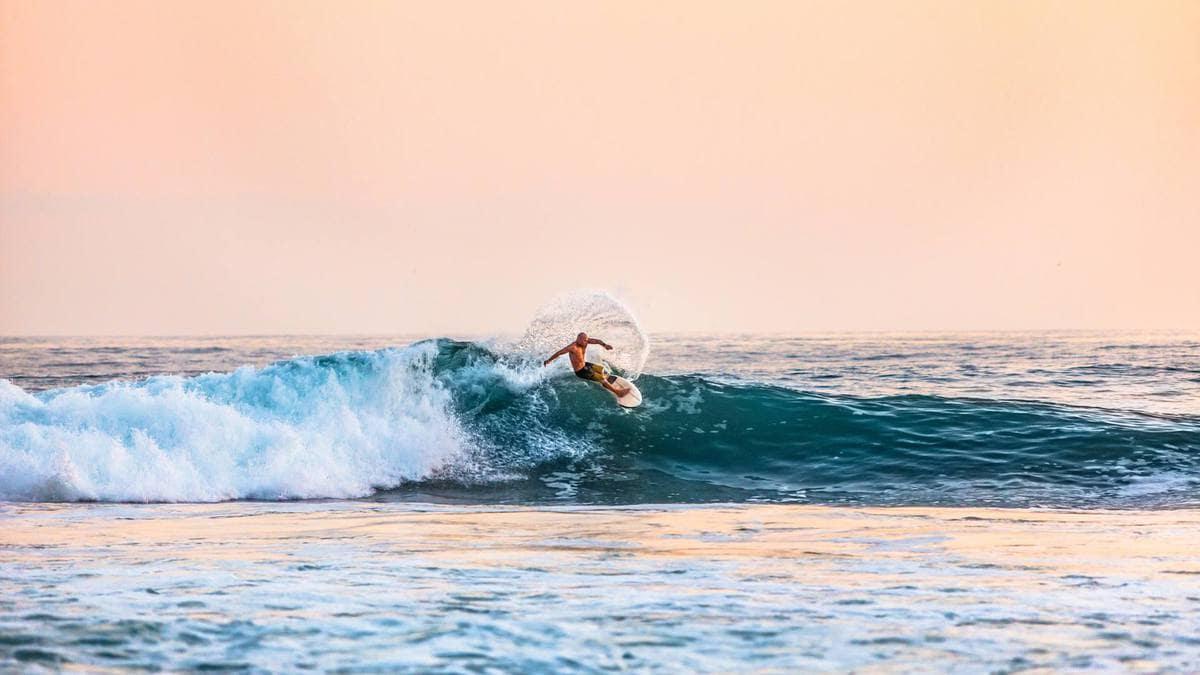 surfear en la playa de Kuta